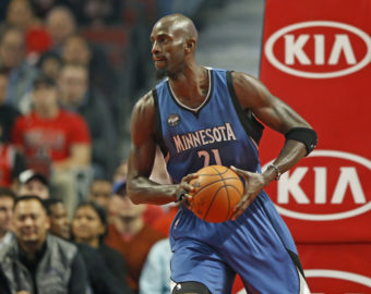 UNITED CENTER, CHICAGO, ILLINOIS, USA 07.11.2015 MECZ LIGI NBA CHICAGO BULLS I  MINNESOTA TIMBERWOLVES N Z Minnesota Timberwolves forward Kevin Garnett (21) looks to pass the ball against the Chicago Bulls KAMIL KRZACZYNSKI / NEWSPIX.PL   --- Newspix.pl *** Local Caption *** www.newspix.pl  mail us: info@newspix.pl call us: 0048 022 23 22 222 --- Polish Picture Agency by Ringier Axel Springer Poland